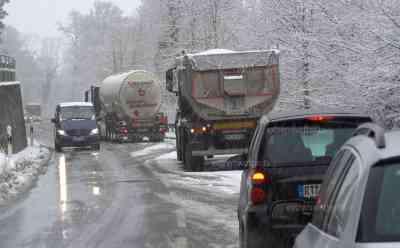 Schneechaos Süddeutschland: Verkehr kommt zum Erliegen, über 45 Km Stau auf den Autobahnen, LKW hängen fest, DHL Transporter im Graben: bis zu 20 cm Neuschnee, spektakuläre Drohnenaufnahmen, stärkster Wintereinbruch des diesjährigen Winters auf der Alb